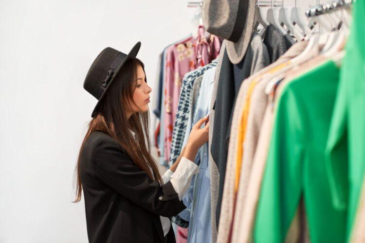 Pierwsze zakupy do nowej garderoby? Poznaj podstawowe modowe triki i zrób to dobrze!